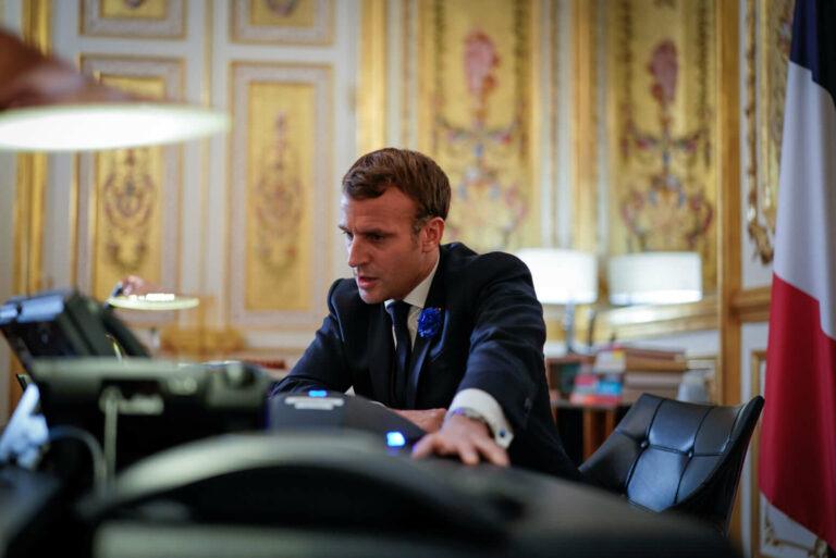 Circa 200 de manifestanți au pătruns în sediul unei primării din Franța pentru a cere demisia lui Macron