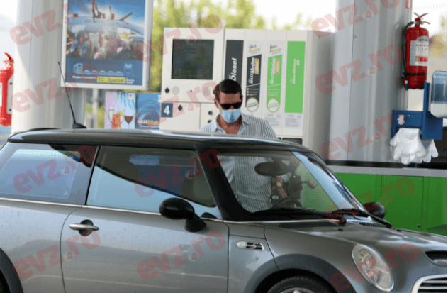"""Imagini inedite cu fostul principe Nicolae al României și soția lui, Alina Binder. El spală mașina singur în benzinărie, ea """"sudează"""" țigară după țigară"""